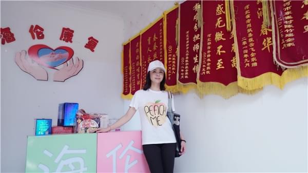 杨若兮携子探访听障儿童 为慈善全家总动员