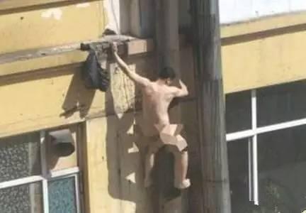 男子与人妻偷情被抓个正着 情急翻窗不慎坠楼