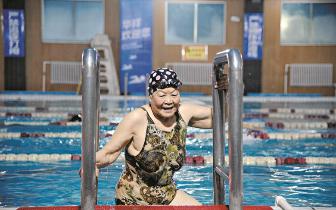 八旬老太活得像18岁 蛙泳仰泳蝶泳自由泳全能来