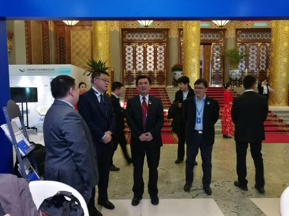 飞常准首席执行官郑洪峰(左二)向中国民航局局长冯正霖(中)进行业务介绍
