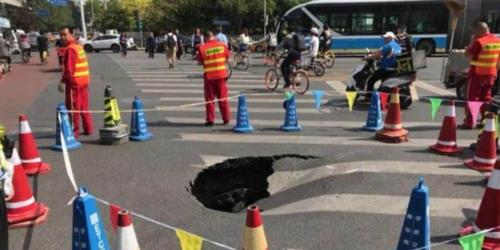 今早京广桥附近塌陷致东三环车行缓慢