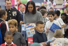 米歇尔造访美军基地为儿童分拣礼物