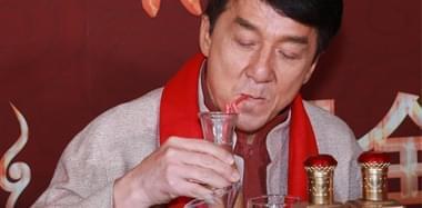 成龙不胜酒力偷喝果汁