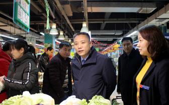 陕州区:胡志权察看春节市场供应情况
