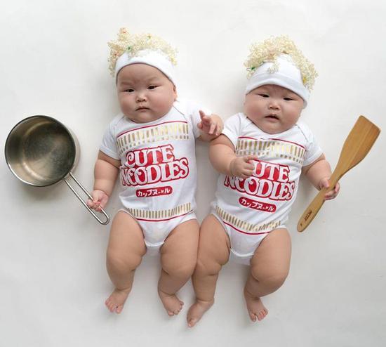 双胞胎宝宝成ins网红,这小眼神全是戏啊!