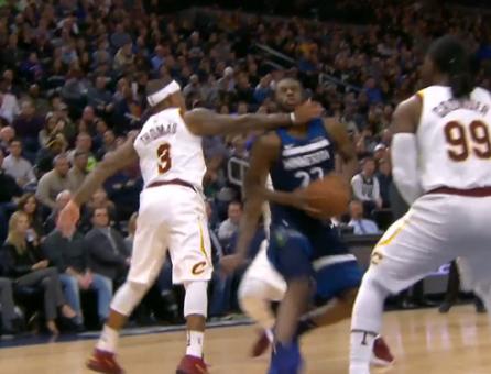 【影片】鎖喉功!Wiggins突破遭到小Thomas一掌擊倒  輸急眼?-籃球圈