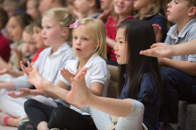 2016年4月28日,美国犹他州赫尔瑞姆安,7岁的苏菲·格林在学校和同学们一起练习。这位来自河南洛阳的无臂女孩两岁时被美国夫妻收养。/CFP