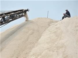 高清:探访青岛最后的盐场 盐垛堆得像银山