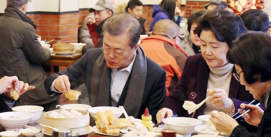 文在寅夫妇在京品尝中式早餐 喝豆浆吃油条