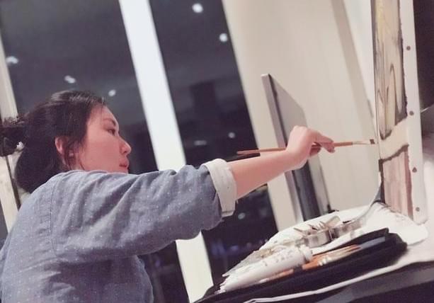 田朴珺画了一幅画 却意外曝光了她的书房