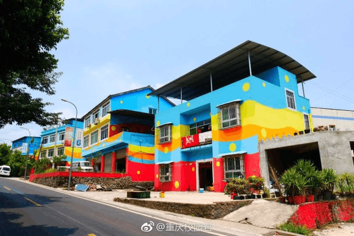 重庆现彩色魔幻小镇 认出是哪儿吗?