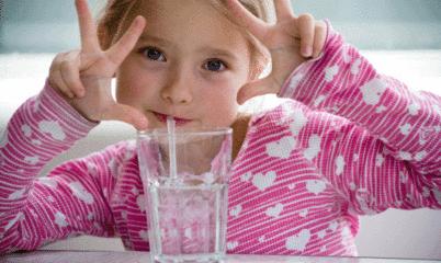 吞咽功能不好 别用吸管喝水