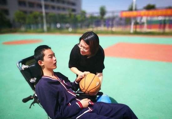 童淑芳老师坚持陪伴讲故事唤醒昏迷15月学生 衢州市宣传部提供