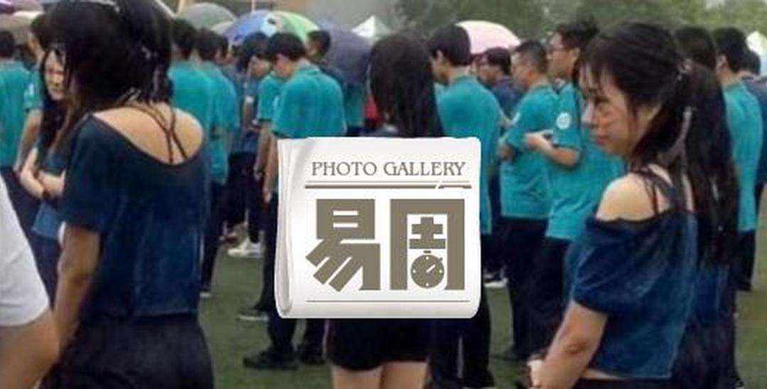 学生雨中开运动会 网友:领导在看台避雨