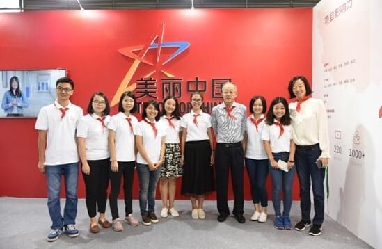 刘泽彭理事长与美丽中国项目老师们的合影。