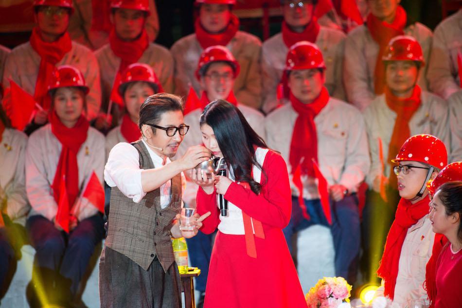 """刘谦惊喜亮相湖南春晚 见证""""奇迹从水开始"""""""