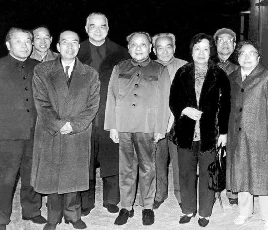1984年春,邓小平视察深圳、珠海后与吴南生等合影 (前排左起:吴南生、马万祺、邓小平、马万祺夫人、卓琳)