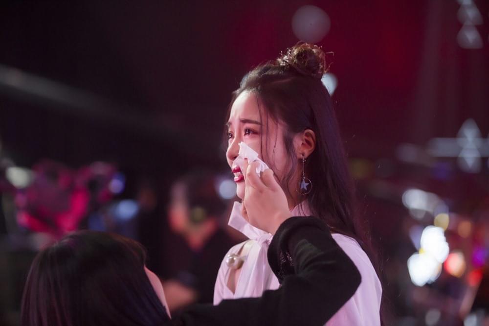 李莎旻子快男演唱会光脚唱《放下》 含泪谢粉丝