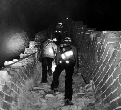 两大学生爬野长城被困 一夜搜寻终获救