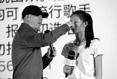 """《芳华》冯小刚捏鼻力证""""冯女郎""""没整容"""