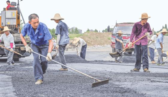 荆州发展大道西段进行硬化刷黑施工 串起高铁商圈