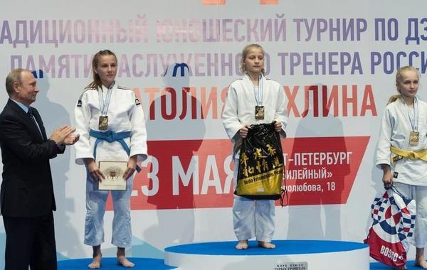 普京现场观看青年柔道锦标赛