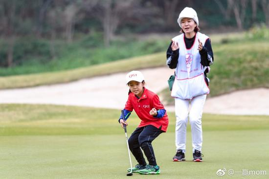 刘国梁位章子怡庆生笑容满面 女儿输球他淡定极了