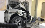 北京一女司机开车撞破墙