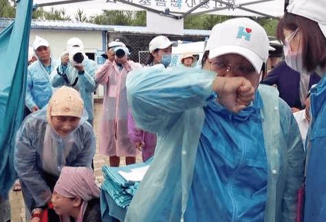 绝症女子跪求救命 韩红捐助2万当场痛哭