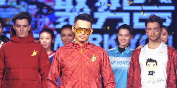 林丹T台秀妻子相伴 时尚破洞装配红眼镜实力耍帅
