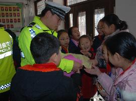 垣曲县交警开展冬季学生交通安全宣传活动