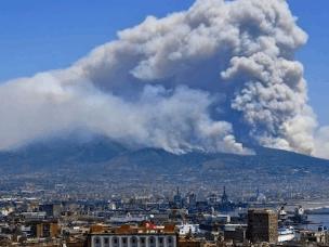 意大利维苏威火山又双叒叕冒烟了 已有居民撤离