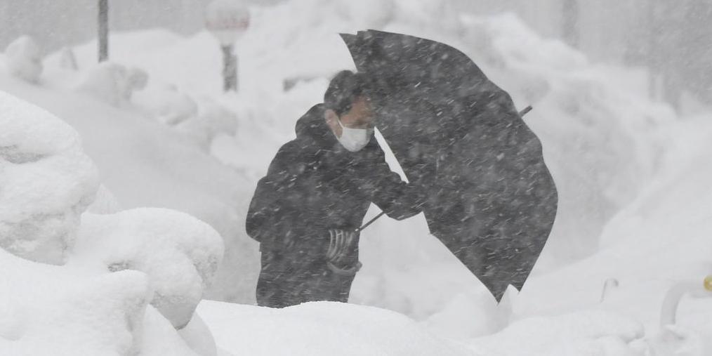 日本福井县遭暴雪袭击 积雪堆积半人高