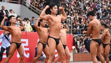 """大学运动会现""""男子健身队"""" 一出场引全场欢呼"""