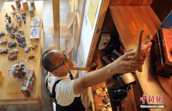 """河北""""80后""""咖啡店老板11年收藏玩具逾千件"""