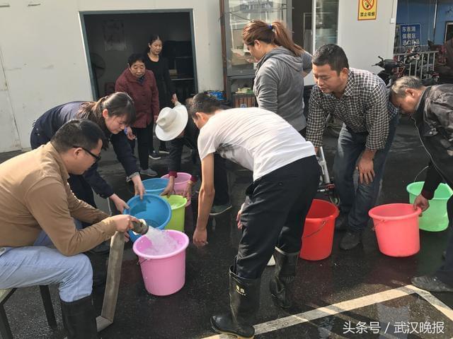 """东西湖1000多户居民家突然停水 洒水车""""管闲事""""送水40多吨"""