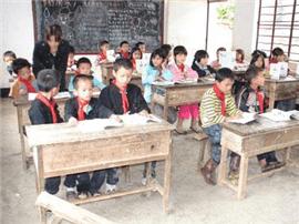 信州区乡管家村小学教室被拆 学生挤在村委会上课
