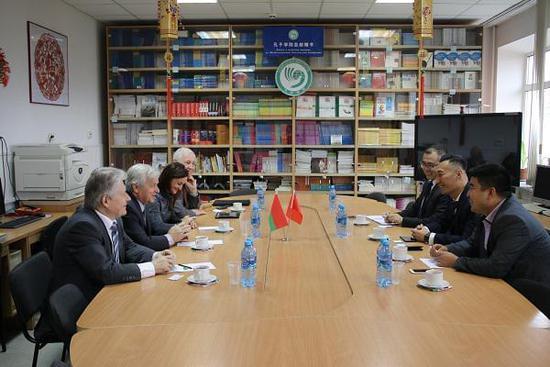 金吉列留学首席运营官郭明斐先生与白俄国立大学孔子学院、经济管理学院和生态学院高层愉快交流