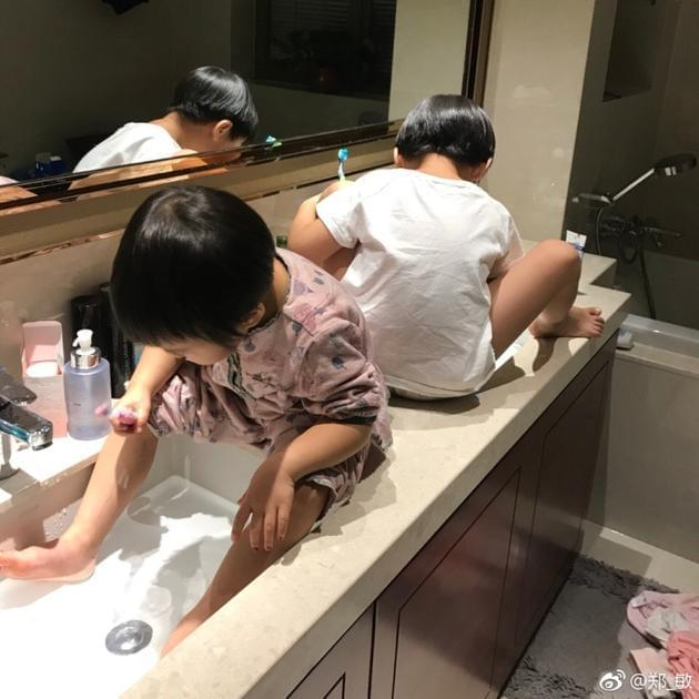岳云鹏爱妻晒俩女儿萌照 吐槽其刷牙能刷半小时