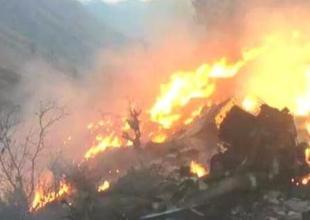 巴基斯坦客机坠毁现场:飞机残骸起火