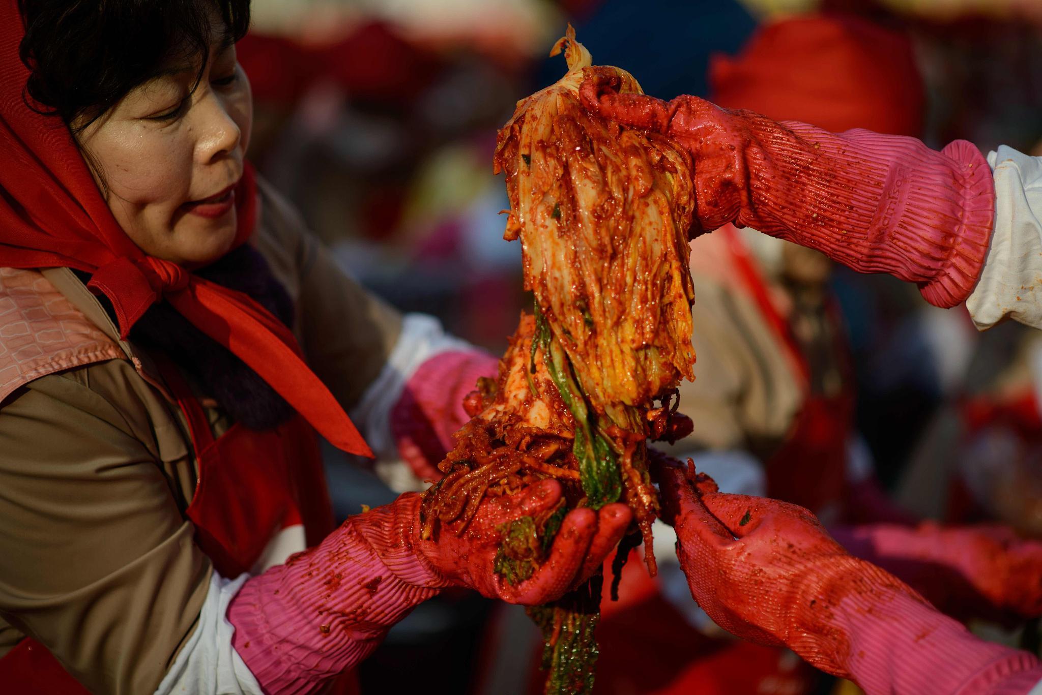 制作泡菜的韩国女性。/视觉中国