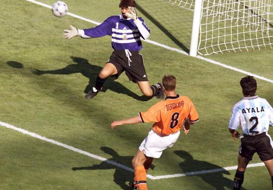 世界杯史上第一停球!冰王子代言40年最华丽荷兰,262阵型看懵中国专家