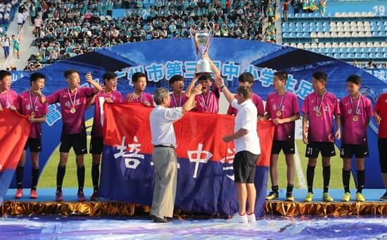 富力杯的决赛斯托伊科维奇还率队到现场观看,并亲自颁发奖杯。