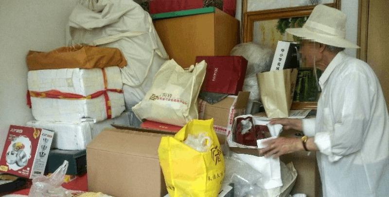 8旬教授连买8年保健品 家属拦不住报警