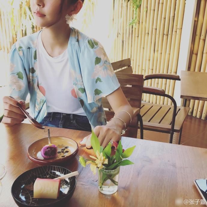 张子萱分享夏日清新美照 可爱范儿十足