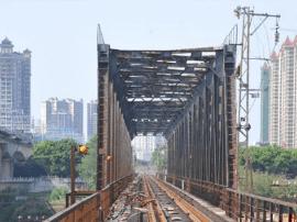 危险!市民打破邕江铁路桥围墙入内游玩