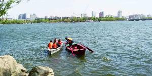 南湖公园游船因劲风搁浅湖心岛 工作人员驾船救援