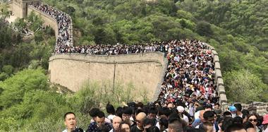 """北京八达岭长城现""""人海"""" 游客艰难移动"""