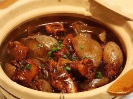蔬香与肉香浓郁交融就是四蔬排骨砂锅啦!