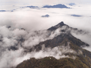 初冬时节 航拍云雾中的南宫山全景